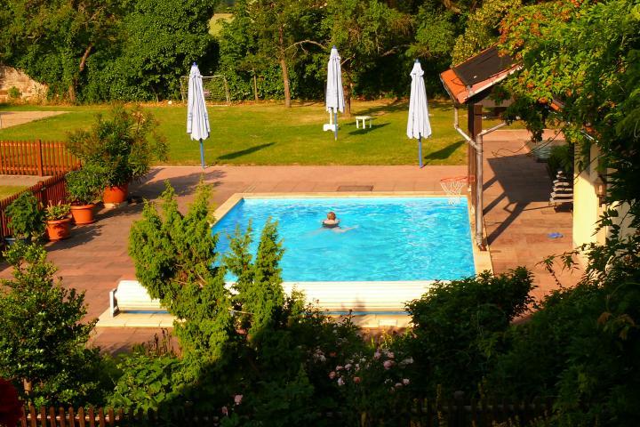 Sicht auf Schwimmbad vom Balkon