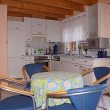 Küche mit Geschirrspülmaschine, Gefrierschrank und Mikrowelle