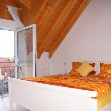 Schlafzimmer mit Bett in Komforthöhe