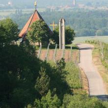 Kapelle und Friedensglocke inmitten der Weinberge